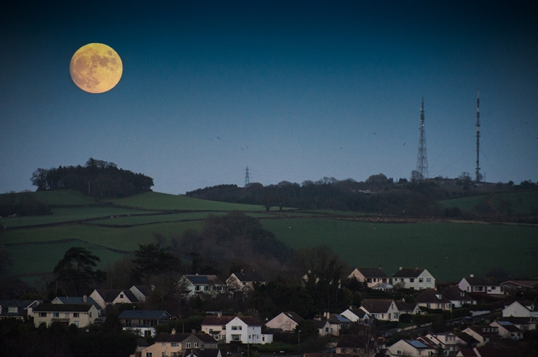 Christmas Eve Moon 95% at 63 degrees  rising over Totnes UK today.