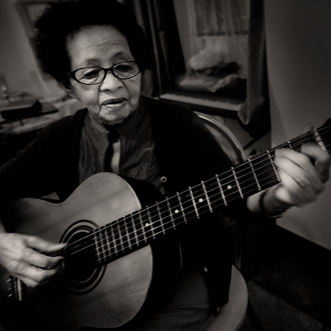 Woman-Br-87-Guitarist
