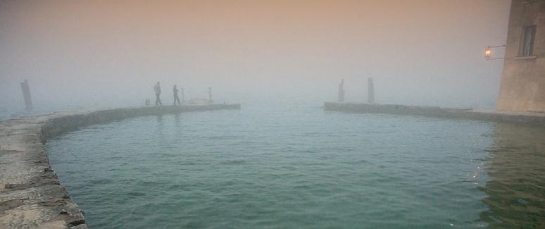 lago-di-garda-in-predawn-heavy-fog